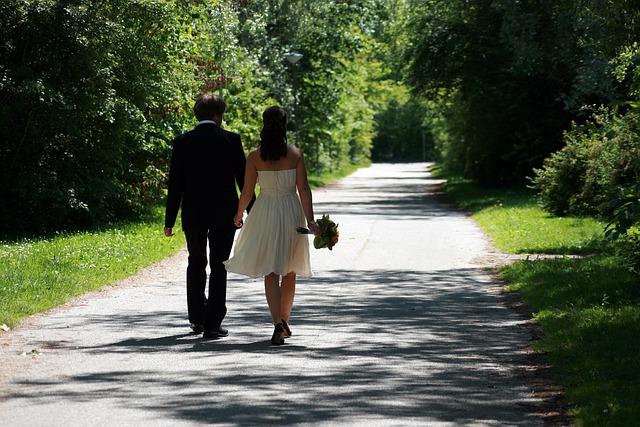 Mariés de dos dans une allée