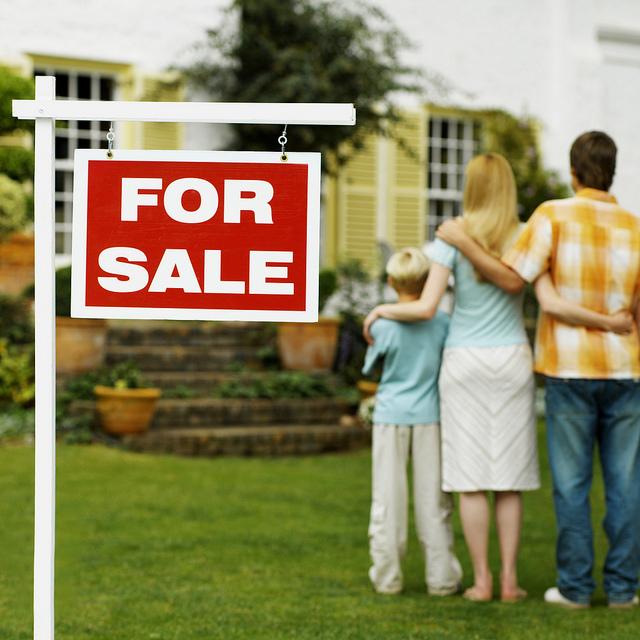 panneau for sale et un couple avec un enfant