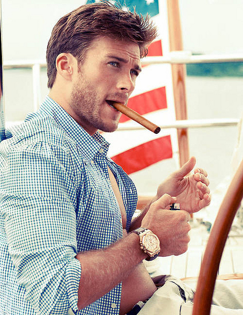 Scott Eastwood fumant un cigare.