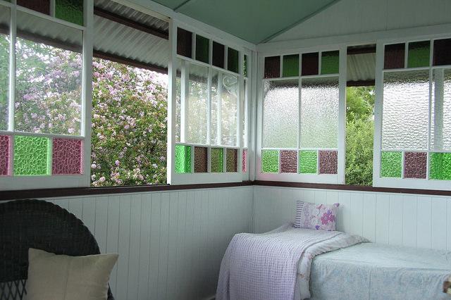 Véranda aux vitres colorées.