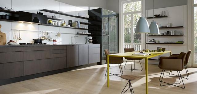 Cuisine personnalisée et moderne, avec bois, marbre et céramique.