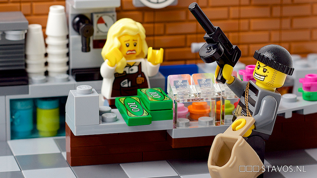 Mise en scène de cambriolage avec des Lego.