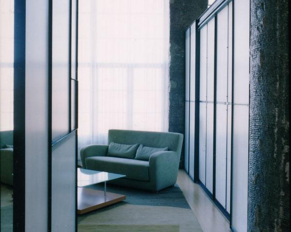 Un coin cosy avec grand placard à portes coulissantes.