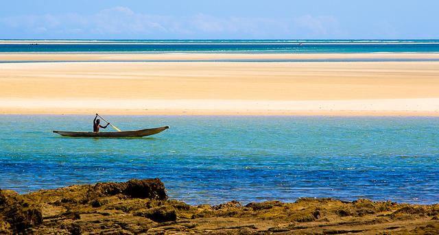 Homme en pirogue à Madagascar.