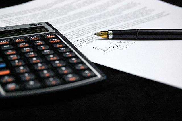 Création d'un dossier avec calculette et stylo plume.