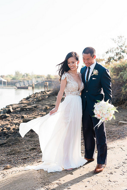 Des mariés en tenue de mariage