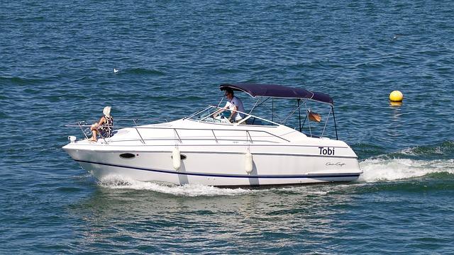 Couple qui se balade en mer sur un bateau