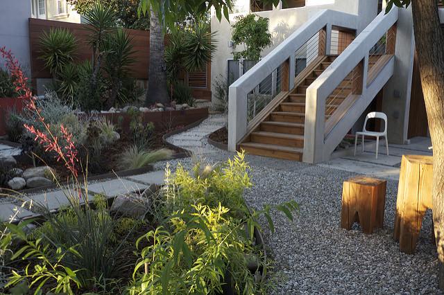 Jardin donnant vue sur les escaliers d'une maison