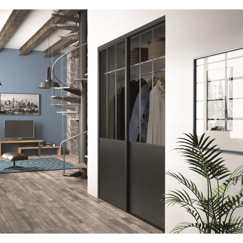 Un aménagement d'intérieur façon atelier, avec portes de placard sur mesure.