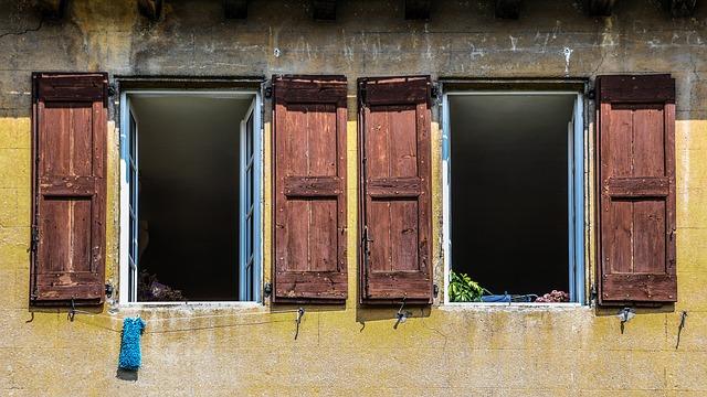 Fenêtres de maison ouvertes
