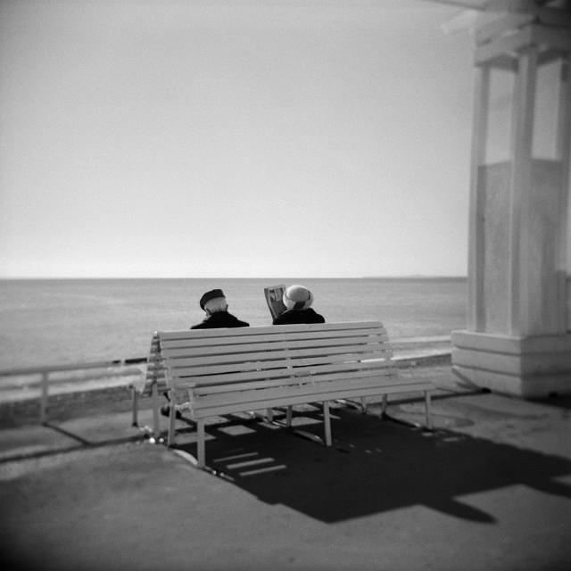 Deux retraités sur un banc de la Promenade des Anglais.