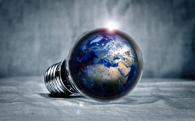 Planète dans une ampoule pour sensibiliser aux enjeux des travaux de bricolage et de rénovation énergétique.