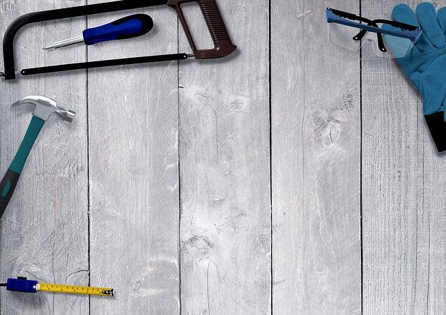 Outils de bricolage posés sur une table en bois.