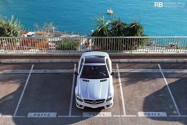 Mercedes garée sur un parking au-dessus de la mer à Monaco.