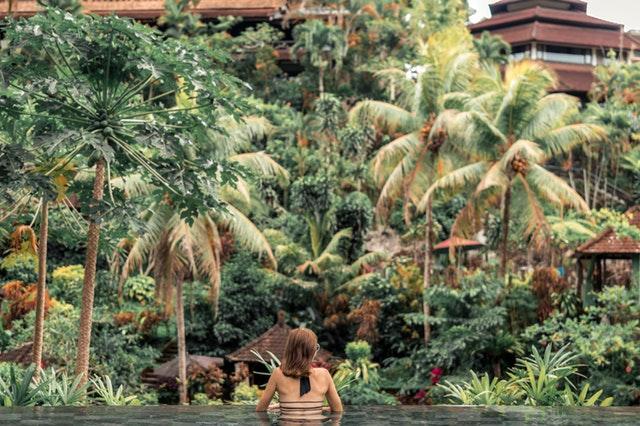 Piscine d'un luxueux hôtel de Bali.