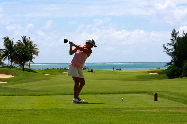Femme qui joue au golf lors d'une croisière.