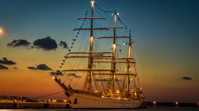 Luxueux navire de croisière à quai.