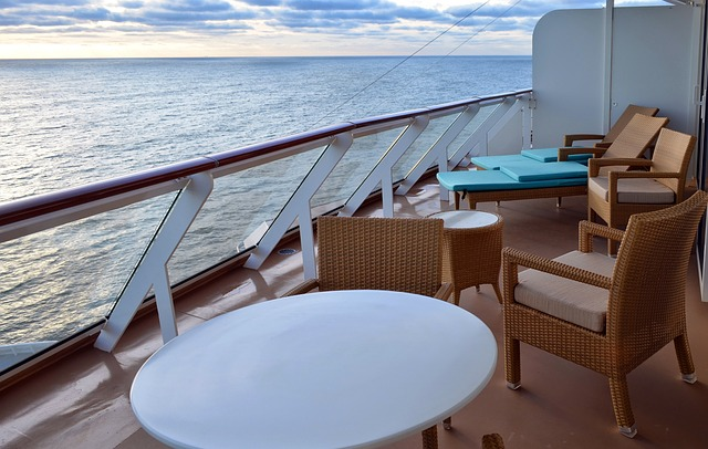 Un balcon de cabine de navire de croisière.