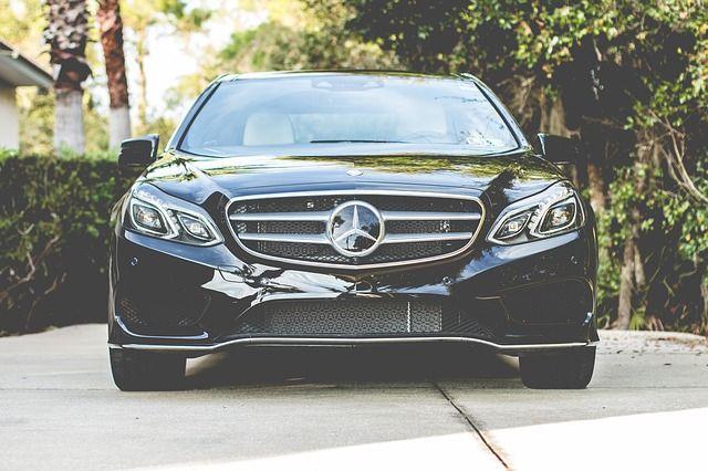 Une voiture de luxe noire.