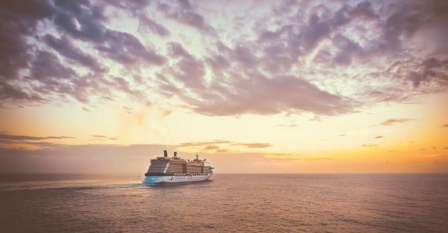 C'est un bateau de croisière et un coucher de soleil.