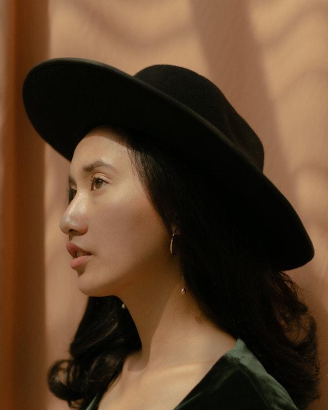 Jeune femme avec un chapeau.