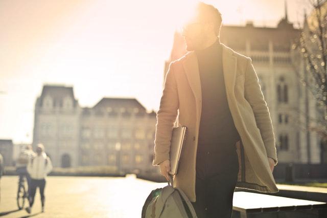 Homme avec un manteau après un conseil en image.