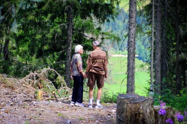 Un couple de résidents de maison de retraite en balade.