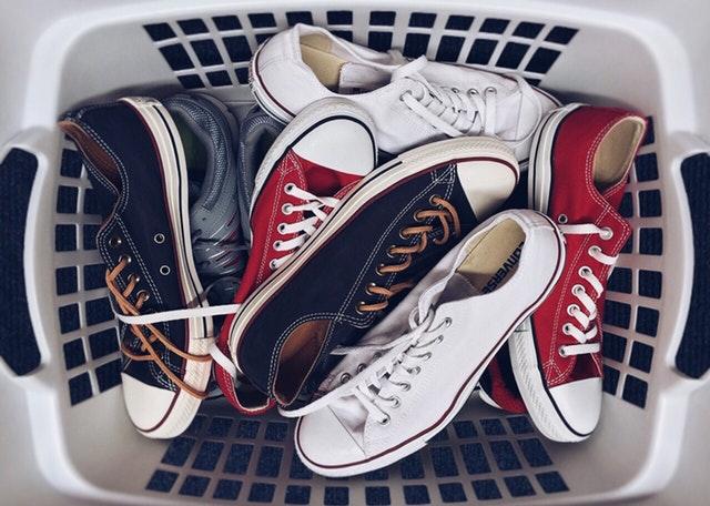 Un panier rempli de chaussures.